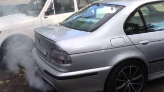 BMW M5 дымит как паровоз