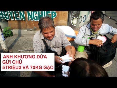 Hai chú khiếm thị bán vé số xúc động khi nhận gạo và tiền ăn Tết
