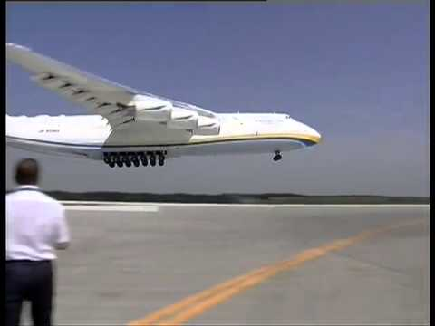 The world's largest cargo plane Antonov-225.  Landing.   Ан-225 Мрия садится