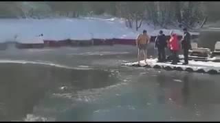 Житель Симферополя спас провалившуюся под л д собаку   240p