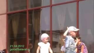 Дети танцуют на празднике