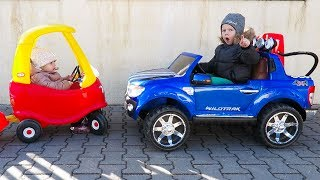 Elis & Thomas ride on Power Wheel & Cozy Coupe - Playing in the Park