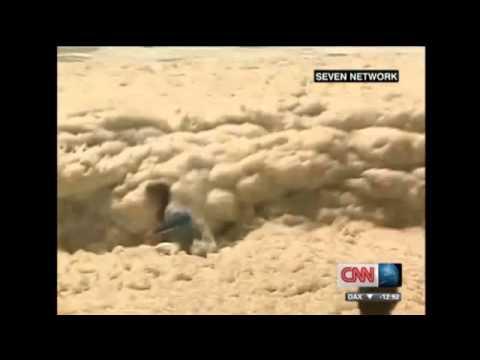 Balneario en Australia fue cubierto por espuma marina (29/1/2013)