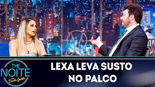 Lexa leva susto no palco do The Noite  | The Noite (09/04/19)