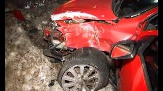 Opel влетел в металлический столб. Тяжелые травмы водителя
