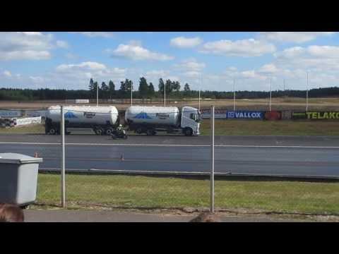 20 tonnin rekka vs moottoripyörä - Jarrutuskisa
