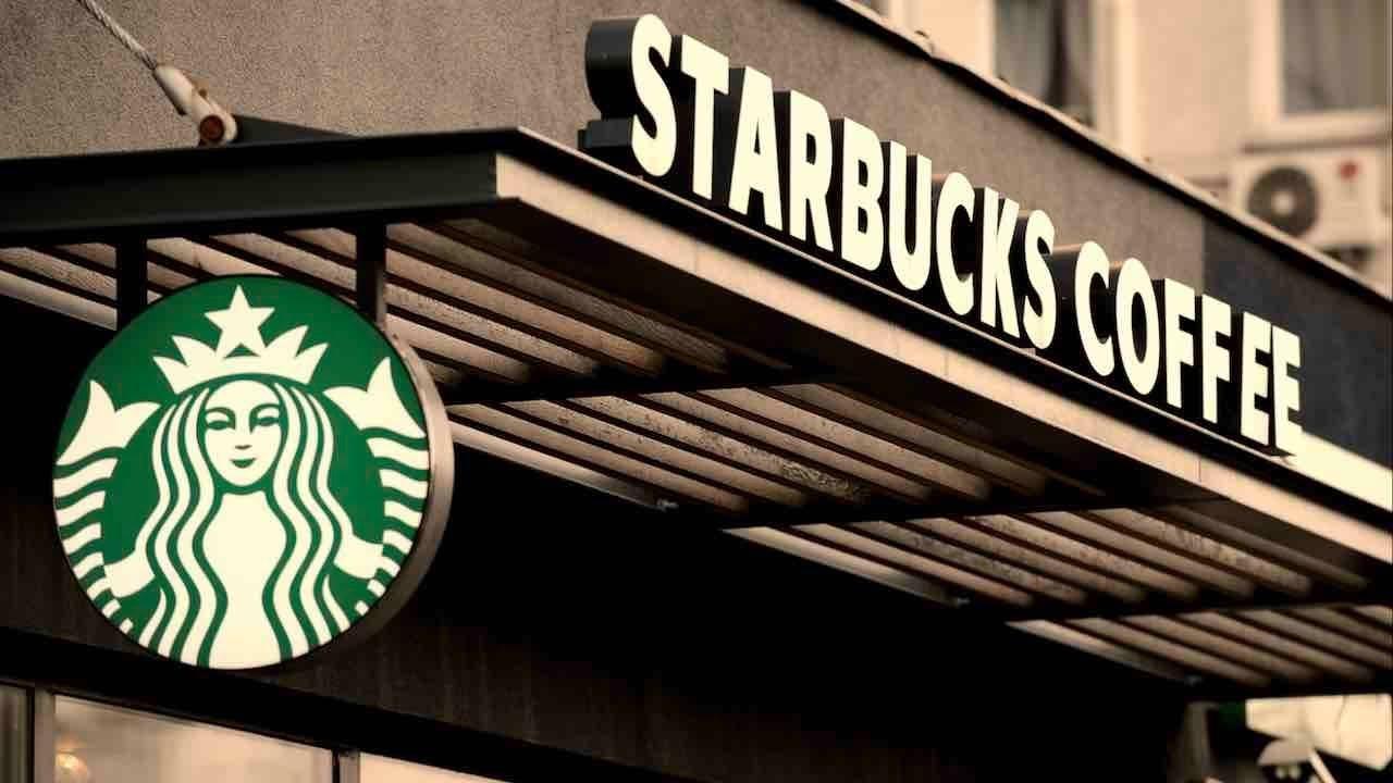 Khách hàng tìm đến Starbucks bởi sự sang trọng, không gian đẹp và dịch vụ cao cấp mà thương hiệu mang lại