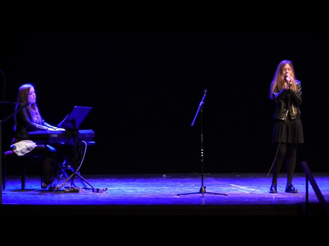 Carla Vaquero interpreta 'Set fire to the rain' de Adele