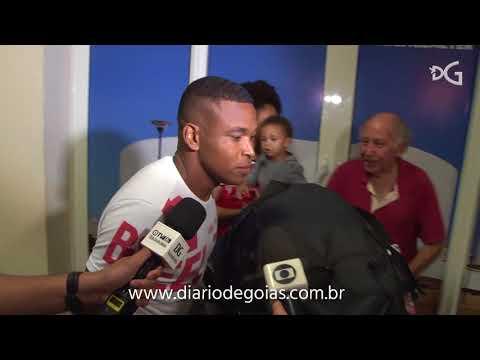 Imagens da chegada de Alan Mineiro em Goiânia após acertar a rescisão com Fortaleza
