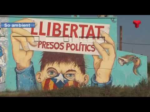 """Un mural de grans dimensions demanant la """"llibertat dels presos polítics"""", visible des dels FGC"""
