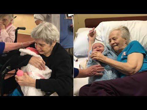 Donano bambole che sembrano neonati ai malati di Alzheimer: la loro reazione vi toccherà il cuore