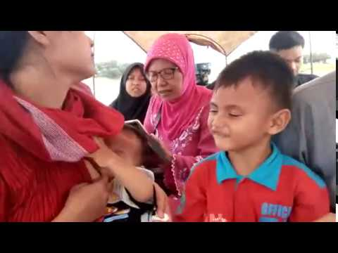 lihat cara ibu cantik menyusui diperahu.. see how beautiful mother is breastfeeding
