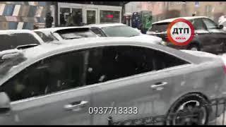 Сразу 5 авто. Хаос продолжается. Гаврики буксуют, колятся, мерзнут и просят толкнуть:)  В Киеве води