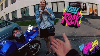 Девушка в короткой юбке на мотоцикле