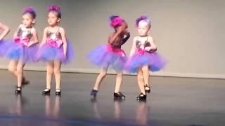 Девочка танцует на утреннике в школе(сумасшедшие танцы девочки в школе., 2014-01-14T08:50:14.000Z)