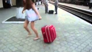 Кто победит чемодан или девушка!