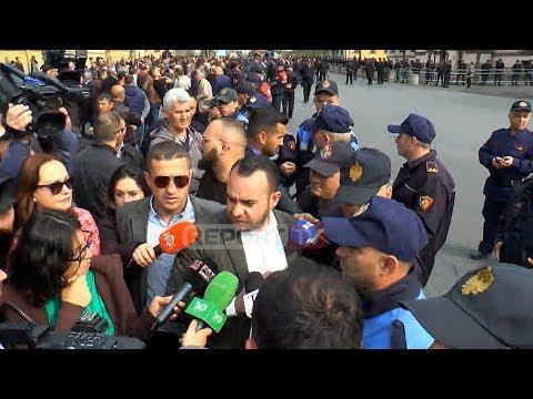 Report TV - Protestuesit dhe ish-deputeti Balliu shtyrje me policinë
