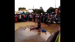 Jamaa azua Gumzo TABORA,Avua nguo mchana kweupe katikati ya mji na kuoga,Masharti ya Mganga