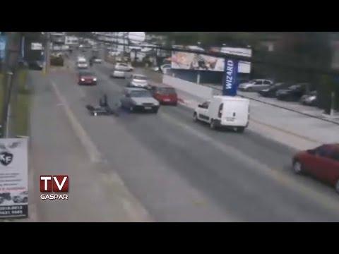 Câmera da TV Gaspar registra acidente com motociclista