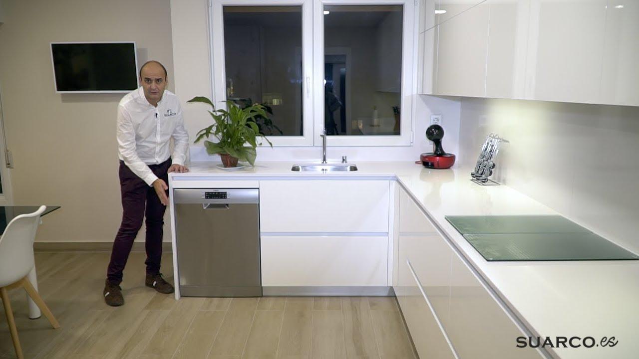 Cocina Moderna Blanca Y Madera Perfil Gola De 16 M2 Con Zona De