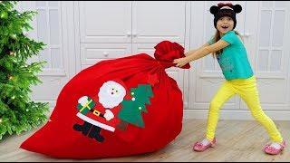 София разносит ПОДАРКИ и ИГРУШКИ для Детей на Рождество, Share Toys and gives presents for CHRISTMAS