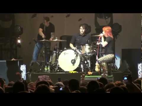 """Paramore- """"Turn It Off"""" *Hayley Breaks Up a Fight* (HD) Live on 4-30-2010"""