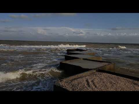 Азовское море. Такого шторма не было давно.Люди в воде.