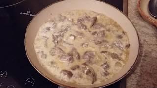 Печень в сметане с луком. Рецепт вкусной и нежной куриной печени тушеной с луком и сметаной.