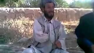 باكستاني مضحك (يعزف بأبطه)