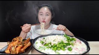 SUB) 사리곰탕 파스타에 청양고추 20개 추가해서 잘~익은 총각김치랑 먹방 spicy cream pasta mukbang