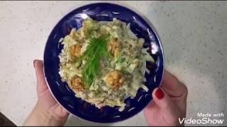 Салат из зеленой редьки с мясом и жареным луком.