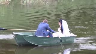 Жених и невеста катаются на лодке