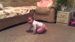 Ребенок 9 месяцев . Дарьяночка ходит , танцует))(, 2014-01-12T01:14:38.000Z)