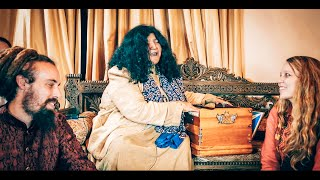 Abida Parveen sings Nara e Mastana in her living room.