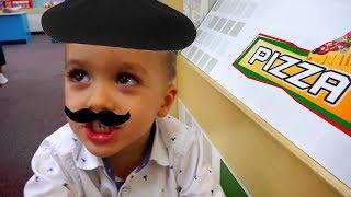 Vlad finge jogar cozinheiros no playground indoor