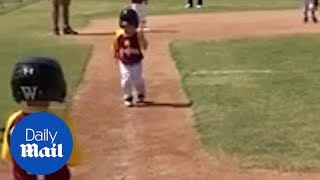 Hilarious moment child runs in slow motions at baseball game - Daily Mail