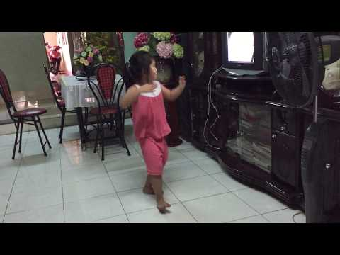 Funny baby laugh video compilation - This tiny Vietnamese girl like dancing at home (P1)