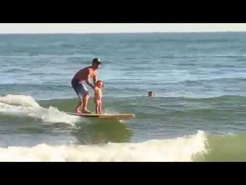 un video muestra que pasa cuando una madre deja a su hija con el padre en la playa