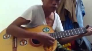 Bác hàng xóm chơi guitar