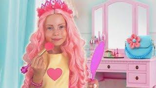 Alice y papájuega en un salón de belleza con juguetes de maquillaje