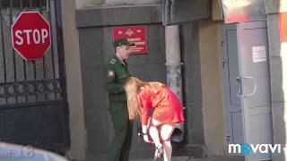 Девушка снимает трусы и задирает платье) Girl take off panties prank.