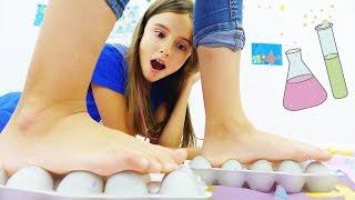 Развивающее видео: опыты для детей от Капуки Дети и Родители. Ходим по сырым яйцам!(Новые опыты и эксперименты для детей на Капуки Дети и Родители! Закон физики обещает нам, что если встать..., 2016-08-05T10:07:32.000Z)