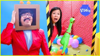 Mommy and Daddy in Box Fort Maze Challenge!!!