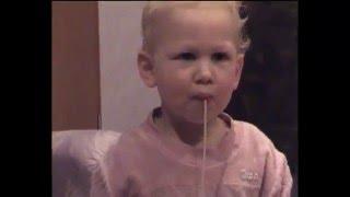 Lustiges Video mit Spaghetti Essen