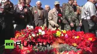 Lithuania: Hundreds lay flowers at Red Army memorial in Vilnius
