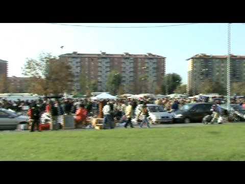 Il mercatino di bonola a milano la domenica mattina youtube for Il mercatino milano
