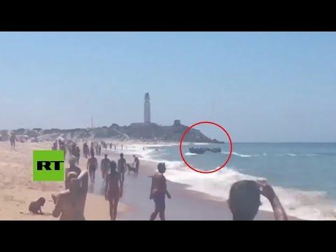 España: El momento de la llegada de un bote con migrantes a las costas de Cádiz