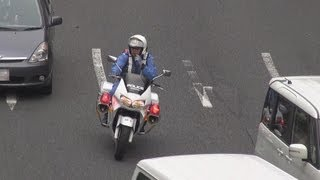 お見事!違反車3台を白バイ2台で一気に検挙。Two white police motorcycles arrest three violation vehicles. thumbnail