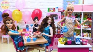 Barbie runs a dessert shop, Barbie makes strawberry pie fries burgers for customers