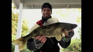 Є перерва у дощі, щоб зробити деякі Saugeye риболовля на озері Бакай в жовтні 2018 року